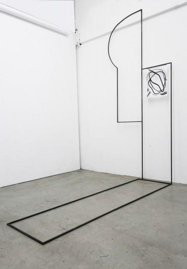 Ornament und Off-Form Konstellation 8| 250 x 120 x 200 cm | Tusche auf Papier, Stahl, Magnete | 2019