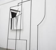 Ornament und Off-Form Konstellation 9| 250 x 160 x 30 cm | Tusche auf Papier, Stahl, Magnete | 2019