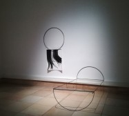 Frames | 180 x 200 x 250 cm | Stahl, Magnete und Tusche auf Papier | Installationsansicht THE BIG SLEEP, Haus der Kunst München | 2019