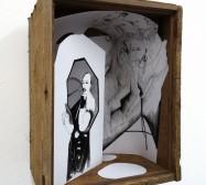 Setting | Tusche auf Papier, Cutouts, Holzbox, Glas | 27 x 22 x 15 cm