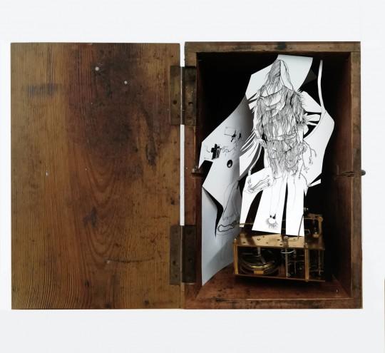 Letztes_Nina Annabelle Maerkl_Automat_28 x 21 x 15 cm_Tusche auf Papier, Cutouts, objet trouve_Box_2020